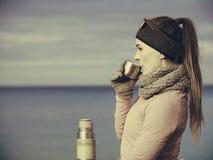 Dysponowana kobieta w zimnego dnia napoju rozgrzewkowej up herbacie Obraz Royalty Free