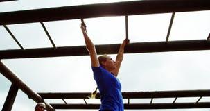 Dysponowana kobieta wspina się małpich bary 4k zbiory wideo