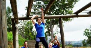 Dysponowana kobieta wspina się małpich bary zaludnia rozweselać 4k podczas gdy dysponowany zdjęcie wideo