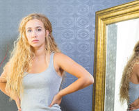 Dysponowana kobieta Z blondynek niebieskimi oczami I włosy Zdjęcia Stock