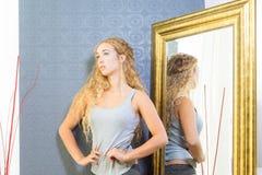 Dysponowana kobieta Z blondynek niebieskimi oczami I włosy Zdjęcie Royalty Free