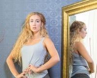 Dysponowana kobieta Z blondynek niebieskimi oczami I włosy Fotografia Stock