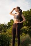 Dysponowana młoda brunetka outdoors zdjęcia royalty free