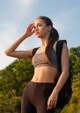 Dysponowana młoda brunetka outdoors zdjęcie royalty free
