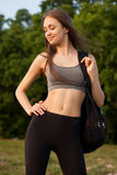 Dysponowana młoda brunetka outdoors Obrazy Stock