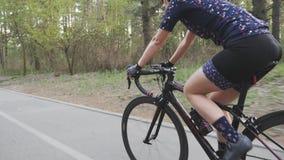 Dysponowana sportive cyklista dziewczyna trzyma handlebar podczas gdy jadący w parku Kolarstwa poj?cie swobodny ruch zbiory