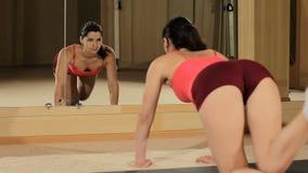 Dysponowane kobiety nogi podwyżki w gym piękna seksowna sprawności fizycznej kobieta w skrótach kształtuje krupon zbiory wideo