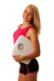 Dysponowanego blondynki kobiety mienia szalkowy gestykuluje zdrowy styl życia i w Zdjęcie Stock