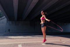 Dysponowanego kobieta biegacza rozgrzewkowy up outdoors Zdjęcie Stock