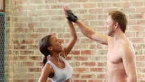 Dysponowanej pary wysoki fiving w crossfit gym zdjęcie wideo