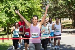 Dysponowani ludzie biega rasy w parku Zdjęcia Royalty Free