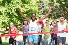 Dysponowani ludzie biega rasy w parku Fotografia Stock