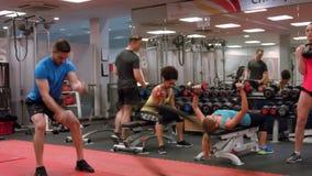 Dysponowani ludzie pracujący w gym out zbiory