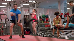 Dysponowani ludzie pracujący w gym out zdjęcie wideo