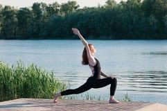 Dysponowany ?adny ?e?ski praktyki joga ?wiczenie outdoors zdjęcie stock