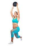 Dysponowany kobiety ćwiczenie z medycyny piłką Zdjęcia Royalty Free