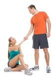 Dysponowany mężczyzna pomaga atrakcyjnej kobiety wzrastać. obrazy stock