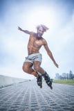 Dysponowany mężczyzna rollerblading na deptaku Obrazy Royalty Free