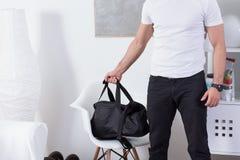 Dysponowany mężczyzna z gym torbą fotografia royalty free