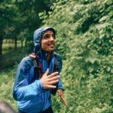 Dysponowany męski jogger dnia szkolenie w deszczu dla przecinającego kraju śladu lasowej rasy w natura parku obraz stock