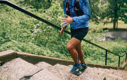 Dysponowany męski jogger dnia szkolenie w deszczu dla przecinającego kraju śladu lasowej rasy w natura parku fotografia royalty free