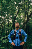 Dysponowany męski jogger odpoczywa podczas dnia szkolenia dla przecinającego kraju śladu lasowej rasy w natura parku obrazy royalty free
