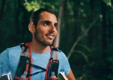 Dysponowany męski jogger odpoczywa podczas dnia szkolenia dla przecinającego kraju śladu lasowej rasy w natura parku zdjęcia royalty free