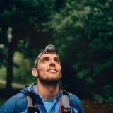 Dysponowany męski jogger z headlamp odpoczywa podczas szkolenia dla przecinającego kraju śladu rasy w natura parku fotografia stock