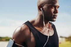 Dysponowany młody człowiek jest ubranym słuchawki obrazy royalty free