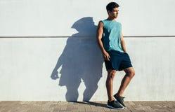 Dysponowany młody męski relaksować po biegać ćwiczenie Fotografia Royalty Free