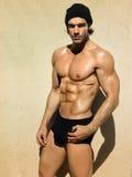 Dysponowany mięśniowy facet Zdjęcie Royalty Free