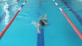 Dysponowany pływaczki dziewczyny doskakiwanie i doping w pływackim basenie zdjęcie wideo