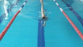 Dysponowany pływaczki dziewczyny doskakiwanie i doping w pływackim basenie w zwolnionym tempie zbiory wideo
