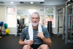Dysponowany starszy mężczyzna odpoczywa po pracującego out fotografia royalty free