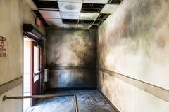 Dyster bränd korridor och öppnad brandutgång fotografering för bildbyråer