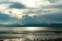 Dyster eftermiddag på stranden Arkivbild