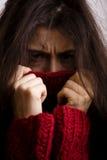 Dyster kvinna för ung brunett i tröja över hela Royaltyfria Foton