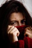 Dyster kvinna för ung brunett i tröja över hela Arkivfoton