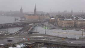 Dyster marschdag i den gamla staden Stockholm Sverige arkivfilmer