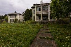 Dyster molnig våreftermiddag - det övergiven sjukhuset/sanatorium - New York arkivbild