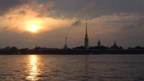 Dyster solnedgång över den Peter och Paul fästningen petersburg saint lager videofilmer