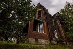 Dyster sommareftermiddag - övergett hus Arkivbild