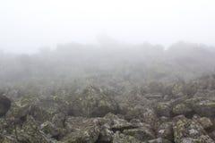 Dystert berglandskap Fördunkla i bergen, svårmodet kommer ner från bergen Bergplacer i dimman Royaltyfria Foton