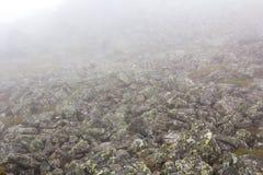 Dystert berglandskap Fördunkla i bergen, svårmodet kommer ner från bergen Bergplacer i dimman Arkivbilder