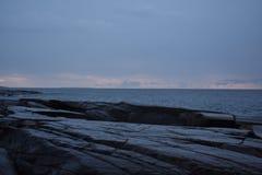 Dystert väder och stenig kust arkivfoto
