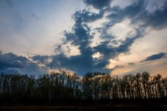 Dystra moln samlade över den Ural floden för solnedgång arkivfoton