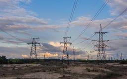 Dystrybuci elektryczna podstacja z liniami energetycznymi i transformatorami, przy zmierzchem fotografia royalty free