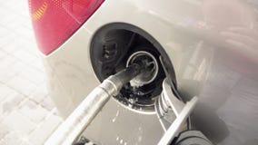 Dystrybutoru paliwowa plombowania paliwo w samochód przy benzynową stacją zbiory wideo