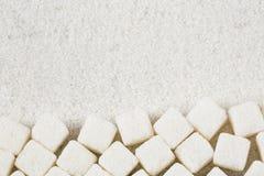 Dystyngowany białego cukieru proszek i sześciany Drewniany tło obrazy stock