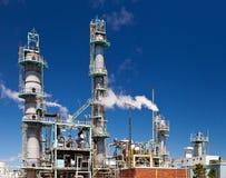 Dystyngowany Ponaftowy zakładu petrochemicznego Smokestack rurociąg Zdjęcie Royalty Free
